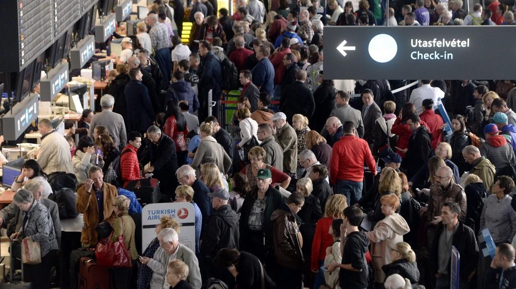 Budapest, 2015. november 10. Várakozó utasok a Liszt Ferenc-repülõtér 2A terminálján, miután a reptér hajnal óta nem indított járatokat az informatikai rendszer hibája miatt 2015. november 10-én. A hibát kijavították, a hajnali gépeket folyamatosan indítják, de a nap folyamán az induló járatoknál elõfordulhatnak még késések, illetve a poggyász késõbb érhet célba. MTI Fotó: Kovács Tamás