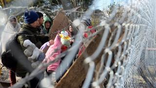 Gevgelija, 2015. november 29. Bevándorlók várakoznak egy kerítés mögött, a macedón-görög határnak az észak-görögországi Idomeni és a macedóniai Gevgelija közötti szakaszán 2015. november 29-én. A macedón hatóságok már csak a háborús övezetekbõl, így Szíriából, Afganisztánból vagy Irakból érkezõ migránsokat engedik be országukba. (MTI/EPA/Nake Batev)