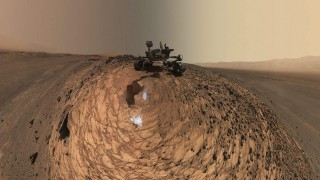Mars, 2015. augusztus 21. A NASA által 2015. augusztus 20-án közreadott, a Curiosity (Kiváncsiság) önjáró Mars-szonda karjának végén lévõ kamerával 2015. augusztus 5-én készített, több tucat felvételbõl összeállított kép a Curiosityrõl. Az önarckép egy kõzet-mintavételi helyen, a Marias Pass nevû térségben készült, a Sharp hegy közelében. A felvételt a Mars-jármû robotkarjának végén levõ nagyítós fényképezõ berendezés (Mars Hand Lens Imager - MAHLI) nevû eszköz készítette. (MTI/EPA/NASA/JPL-Caltech/MSSS)