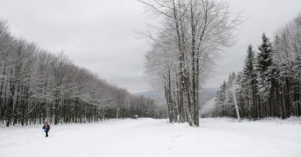 Kékestető, 2015. november 22. Hó a déli sípályán Kékestetőn 2015. november 22-én. A meteorológiai szolgálat honlapja szerint Kékestetőn reggel 3 centiméteres hóvastagságot mértek. MTI Fotó: Komka Péter