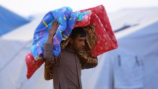 Erbil, 2014. június 13.Egy iraki férfi matracot visz a vállán az észak-iraki Erbilben létesített menekülttáborban 2014. június 12-én.   (MTI/EPA)