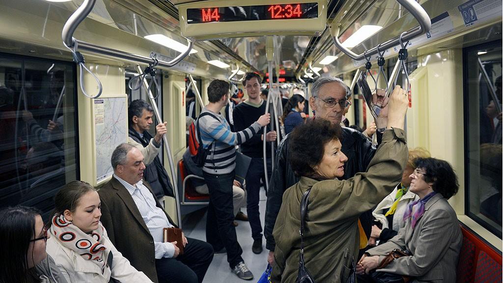 Budapest, 2014. március 28.Utasok a 4-es metrón a megnyitás után 2014. március 28-án. A kelenföldi vasútállomás és a Keleti pályaudvar között épült vonalat délelőtt avatták fel.MTI Fotó: Beliczay László