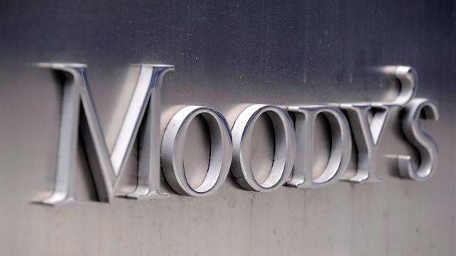 New York, 2012. február 13. 2011. július 13-i felvétel a Moody's amerikai hitelminõsítõ New York-i székházán látható emblémáról. A Moody's 2012. február 14-én kilenc EU-tagállam, köztük nyolc euróövezeti tagország adósosztályzatát, illetve besorolásainak kilátását lerontotta. (MTI/EPA/Andrew Gombert)