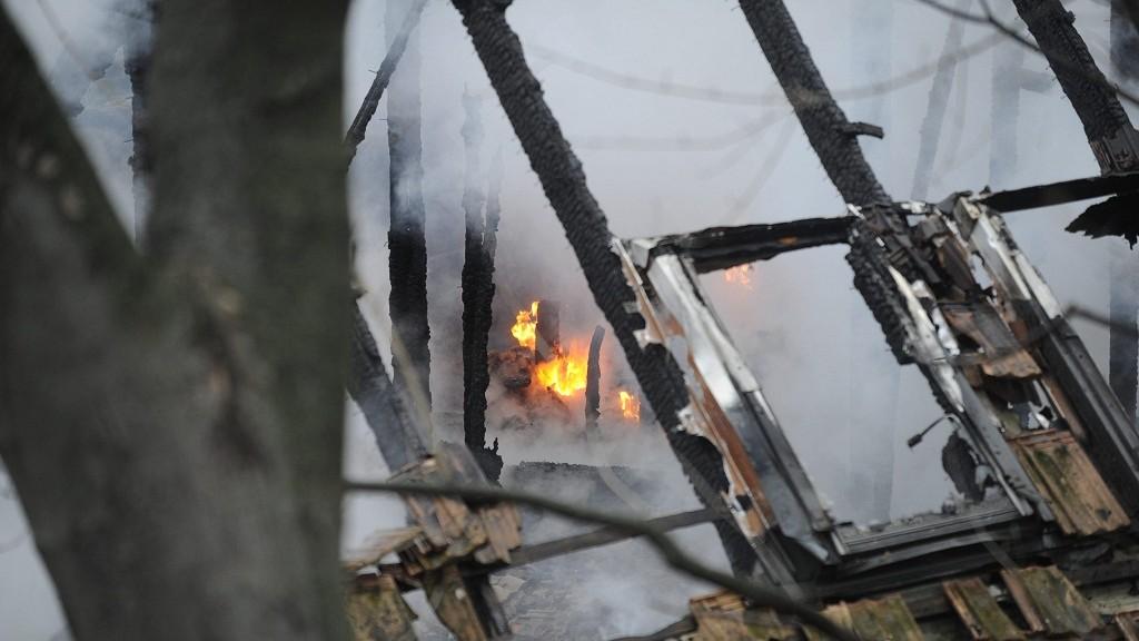 Budapest, 2015. november 27. Tûz ég egy 800 négyzetméteres, elhagyatott nyomdaépületben a XII. kerület Szamóca utcában 2015. november 27-én. A teljes terjedelmében égõ épület oltásán harminc tûzoltó dolgozott. A mentõk két embert vittek kórházba füstmérgezés gyanújával. MTI Fotó: Mihádák Zoltán
