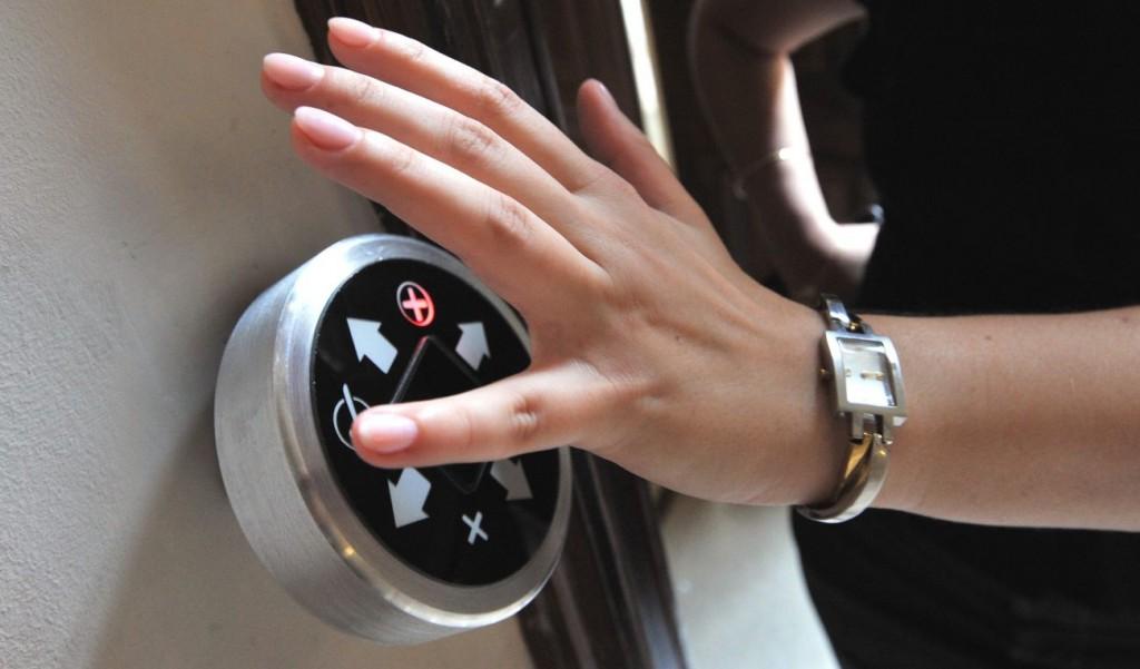 """Budapest, 2012. május 31. A Nemzeti Innovációs Hivatalban telepített magyar fejlesztésû biometrikus - vénából formált kulcs alapján mûködõ - beléptetõ rendszer vénaszenzoros érzékelõjén a fölvillanó piros """"X""""  jelzi az ismeretlen embert. A készülék a tenyér vénahálózata alapján végzi a személy azonosítását úgy, hogy a szokásos 10-50 pont helyett 5 millió ponton azonosítja a belépõ tenyerét. MTI Fotó: Máthé Zoltán"""