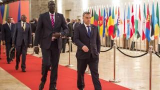 Valletta, 2015. november 11. A Miniszterelnöki Sajtóiroda által közreadott képen Orbán Viktor miniszterelnök (j) érkezik az EU-Afrika csúcstalálkozóra a máltai Vallettában 2015. november 11-én. A csúcs fõ témája az Afrika felõl a Földközi-tengeren keresztül Európába érkezõk jelentette migrációs nyomás. MTI Fotó: Miniszterelnöki Sajtóiroda / Szecsõdi Balázs