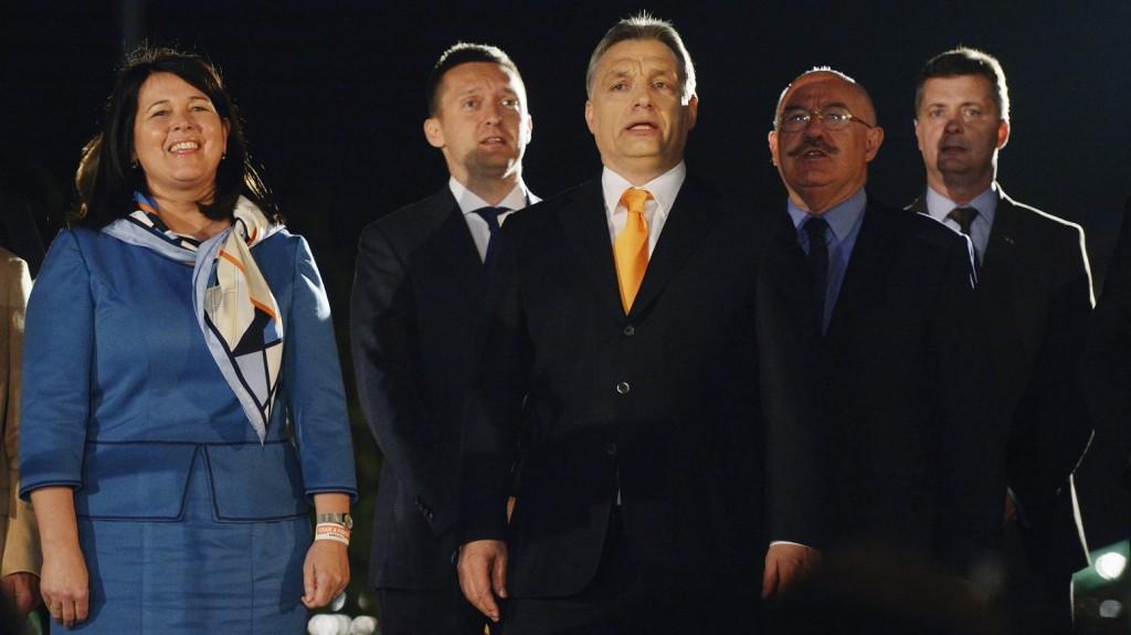 Budapest, 2014. április 6. Orbán Viktor miniszterelnök, a Fidesz elnöke (b3), valamint Pelczné Gáll Ildikó alelnök, EP-képviselõ, Rogán Antal parlamenti frakcióvezetõ, valamint Martonyi János külügyminiszter és Kubatov Gábor pártigazgató (b-j) Kossuth-nótát énekel a párt eredményváró rendezvényén a Budapest Bálna rendezvényközpont elõtt az országgyûlési képviselõ-választáson 2014. április 6-án. MTI Fotó: Beliczay László