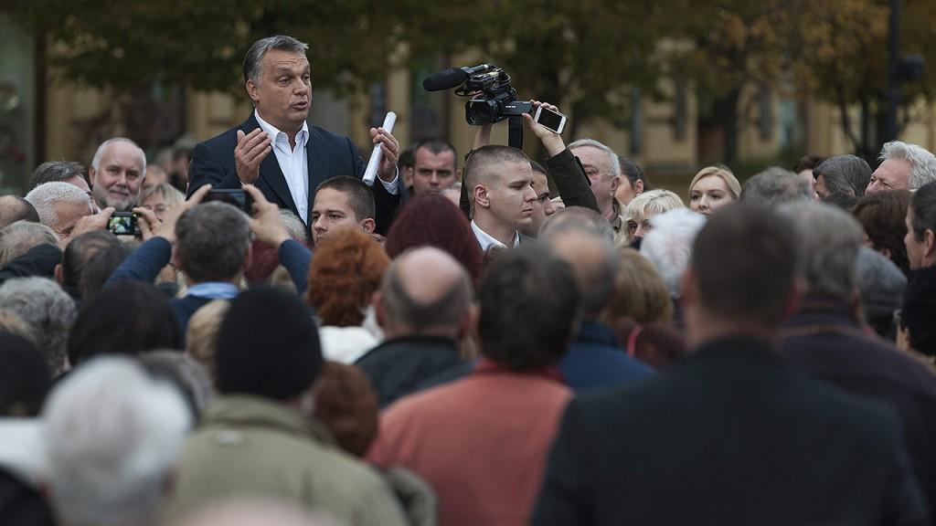 Nyíregyháza, 2015. november 10.Orbán Viktor miniszterelnök szimpatizánsokkal találkozik a nyíregyházi városháza előtt, miután a Modern városok program keretében együttműködési megállapodást írt alá Kovács Ferenc polgármesterrel Nyíregyházán 2015. november 10-én.MTI Fotó: Czeglédi Zsolt