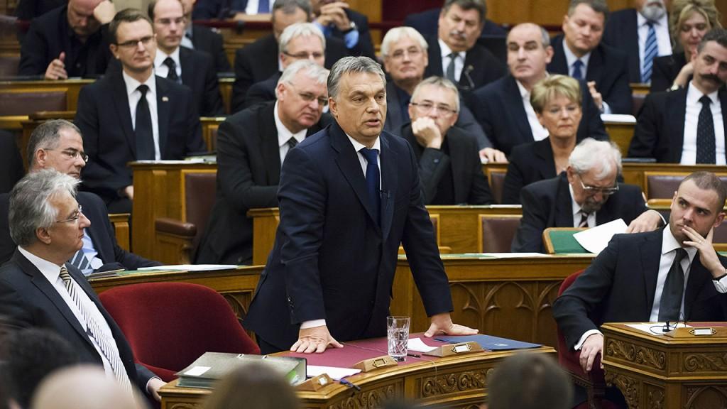 Budapest, 2015. november 16.Orbán Viktor miniszterelnök válaszol a frakcióvezetők párizsi merényletekkel kapcsolatos napirend előtti felszólalására adott reagálására az Országgyűlés plenáris ülésén 2015. november 16-án.MTI Fotó: Koszticsák Szilárd