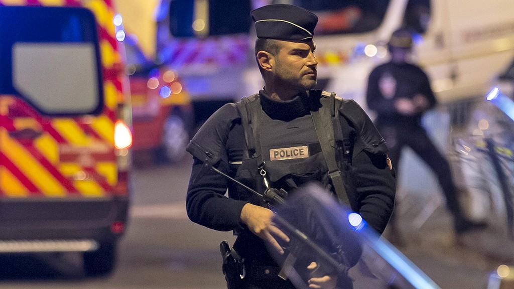 Párizs, 2015. november 13.Rendőrök érkeznek a Franciaország-Németország barátságos labdarúgó-mérkőzés helyszínére, a párizsi Stade de France Stadionhoz, ahonnan a biztonsági erők kimenekítették Francois Hollande köztársasági elnököt 2015. november 13-án este. Francia hírforrások szerint eddig negyven halottja van a késő este kezdődött párizsi fegyveres támadásoknak és mintegy száz embert ejtettek túszul a francia főváros Bataclan koncerttermében. A  nemzeti stadion közeléből három robbanást jelentettek. (MTI/EPA/Ian Langsdon)