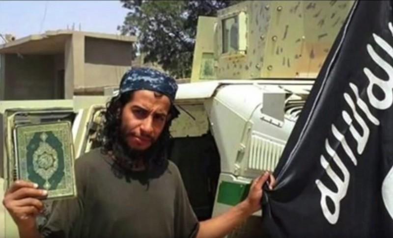 2015. november 19. Az Iszlám Állam (IÁ) szélsõséges iszlamista szervezet Dabiq címû angol nyelvû internetes magazinja által közreadott kép az IÁ belga tagjáról, Abdelhamid Abaaoudról, aki a francia titkosszolgálatok szerint a francia fõvárosban 2015. november 13-án elkövetett merényletsorozat fõ kitervelõje volt. Abaaoud november 18-án életét vesztette, amikor a rendõrség terroristákra csapott le Párizs északi elõvárosában, Saint-Denisben. (MTI/EPA/Dabiq)