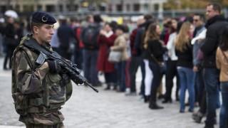 Párizs, 2015. november 16. Francia katona a párizsi Notre Dame-székesegyház elõtt várakozó turisták mellett 2015. november 16-án, három nappal a francia fõvárosban elkövetett merényletsorozat után. (MTI/EPA/Ian Langsdon)