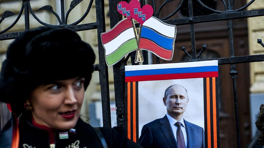 Budapest, 2015. február 17.Egy résztvevő Vlagyimir Putyin portréja előtt az orosz elnök budapesti látogatása alkalmából tartott szimpátiatüntetésen Oroszország budapesti nagykövetségnél 2015. február 17-én.MTI Fotó: Marjai János