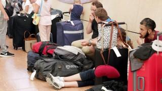 Sarm-es-Sejk, 2015. november 6. Turisták várakoznak az egyiptomi Sarm-es-Sejk repülõterén 2015. november 6-án. A brit kormány megkezdi az üdülõhelyen tartózkodó mintegy húszezer brit állampolgár hazaszállítását azt követõen, hogy a Kogalymavia (nemzetközi nevén Metrojet) orosz légitársaság Sarm-es-Sejkbõl Szentpétervárra tartó repülõgépe 217 utassal és hétfõnyi személyzettel a fedélzetén október 31-én lezuhant az egyiptomi Sínai-félszigeten fekvõ Haszana közelében. A szerencsétlenséget senki sem élte túl. (MTI/EPA/Háled el-Fíki)