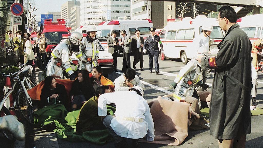 地下鉄サリン事件で被害に遭い、路上で手当てを受ける乗客ら=3月20日午前8時50分、東京都中央区築地