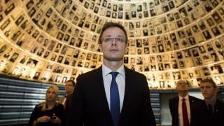 Jeruzsálem, 2015. november 16. Szijjártó Péter külgazdasági és külügyminiszter a meggyilkolt áldozatok fényképeit nézi a Nevek Csarnokában, a jeruzsálemi Jad Vasem Intézet és Emlékmúzeumban 2015. november 16-án. (MTI/EPA/Abir Szultan)