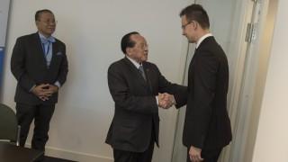 Luxembourg, 2015. november 5. A Külgazdasági és Külügyminisztérium (KKM) által közreadott képen Szijjártó Péter külgazdasági és külügyminiszter (j) kezet fog Hor Namhong kambodzsai miniszterelnök-helyettessel, külügyminiszterrel megbeszélésük elõtt Luxembourgban 2015. november 5-én. Szijjártó Péter az Ázsia-Európa Találkozó (ASEM) külügyminiszteri szintû tanácskozásán vesz részt. MTI Fotó: KKM / Kovács Márton
