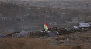 Szindzsár, 2015. november 13. A Szindzsár visszafoglalásáért harcoló kurd fegyveresek egy kurd zászlóval állásukban, az észak-iraki Szindzsár peremén 2015. november 13-án. Ezen a napon a pesmerga néven is ismert kurd fegyveresek a stratégiai jelentõségû város központjából is kiûzték az Iszlám Állam (IÁ) szélsõséges iszlamista szervezet harcosait. (MTI/AP/Bram Janssen)