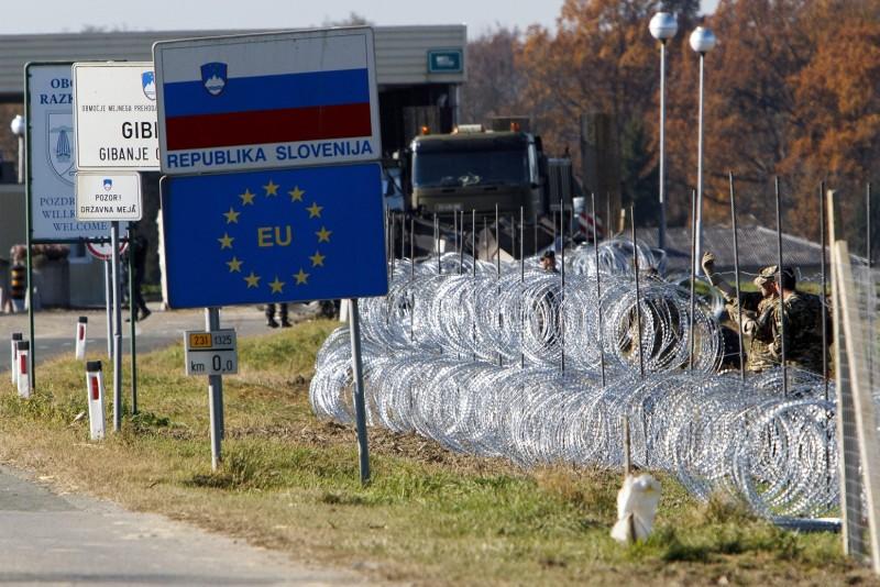 Gibina, 2015. november 11. Szlovén katonák pengésdrótból építenek kerítést a szlovéniai Gibina (Murafüred) és a horvátországi Cestijanec (Hétház) közötti határátkelõnél 2015. november 11-én. A kerítést az illegális bevándorlók ellenõrizetlen belépésének megakadályozására szánják. MTI Fotó: Varga György