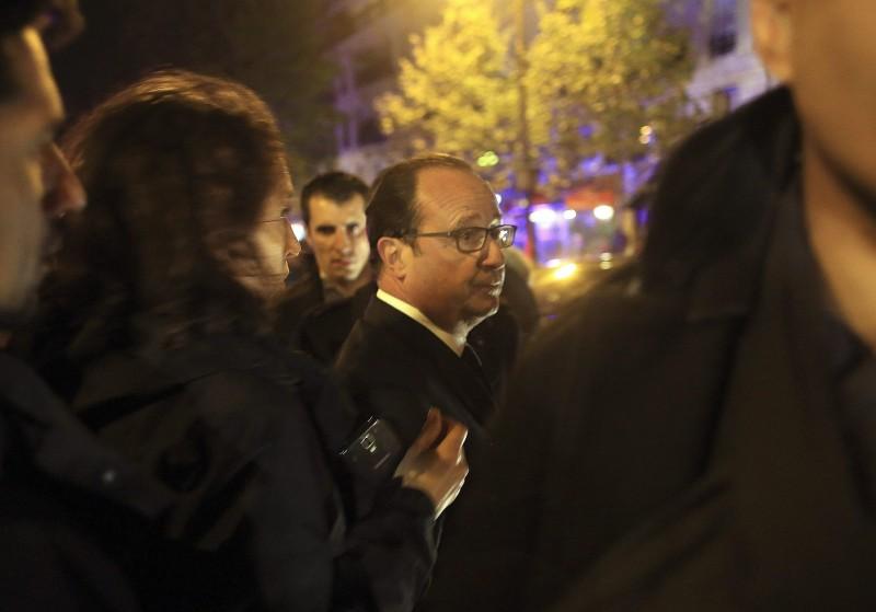 Párizs, 2015. november 14. Francois Hollande francia elnök a párizsi Bataclan koncertteremhez érkezik 2015. november 13-án éjjel. A francia fõvárosban késõ este összehangoltan több merényletet követtek el. A lövöldözésekben és robbanásokban legalább 140 ember meghalt, sokan megsebesültek. Francois Hollande francia elnök egész Franciaország területére rendkívüli állapotot hirdetett és bejelentette a határok lezárását. (MTI/AP/Thibault Camus)