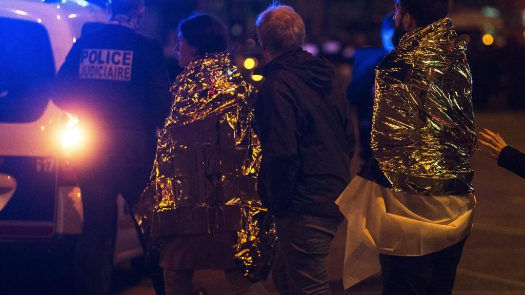 Párizs, 2015. november 14. Rendõrök menekítik ki az embereket a párizsi Bataclan koncertterembõl 2015. november 13-án. A francia fõvárosban késõ este összehangoltan több merényletet követtek el. A lövöldözésekben és robbanásokban legalább 140 ember meghalt, sokan megsebesültek. Francois Hollande francia elnök egész Franciaország területére rendkívüli állapotot hirdetett és bejelentette a határok lezárását. (MTI/EPA/Etienne Laurent)