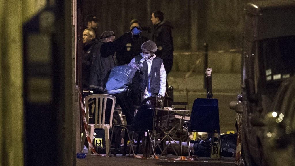 Párizs, 2015. november 14. Helyszínelõk dolgoznak egy párizsi étteremnél történt lövöldözés helyszínén 2015. november 14-én. A francia fõvárosban késõ este összehangoltan több merényletet követtek el, a támadásoknak legkevesebb 140 halálos áldozata van. Nyolc terrorista halt meg, közülük heten felrobbantották magukat. (MTI/EPA/Etienne Laurent)