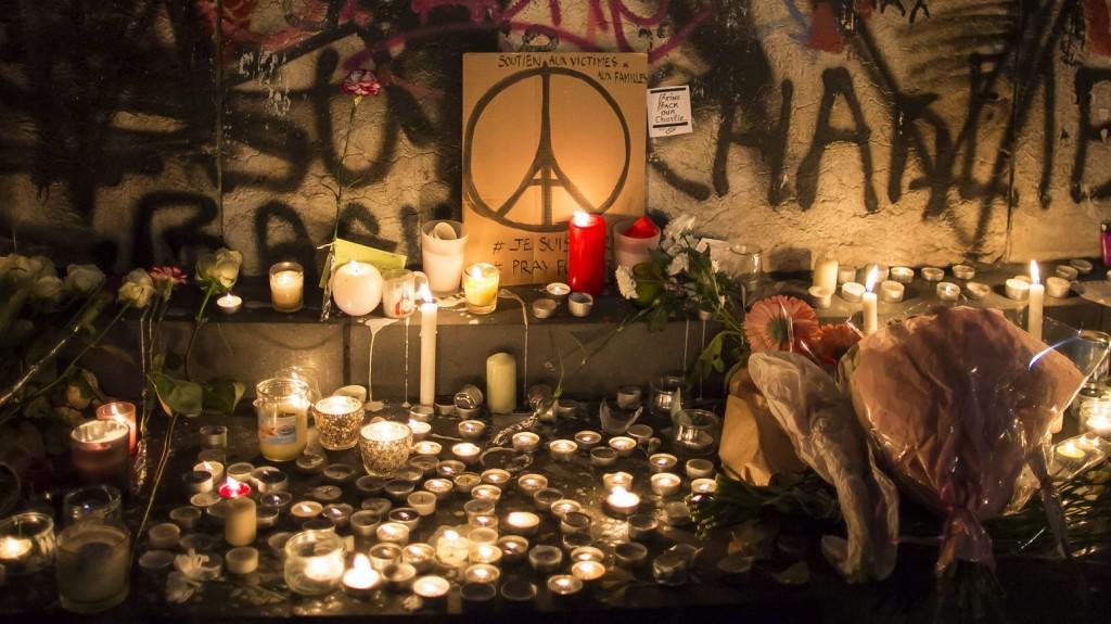 Párizs, 2015. november 15. Gyászolók virágai a párizsi Köztársaság terén 2015. november 14-én, egy nappal a francia fõvárosban elkövetett merényletsorozat után. (MTI/EPA/Ian Langsdon)