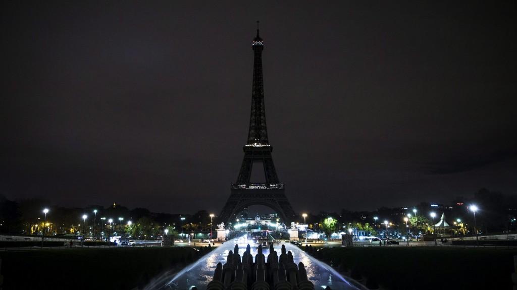 Párizs, 2015. november 15. A gyász jegyében díszkivilágítás nékül sötétlik a párizsi Eiffel-torony 2015. november 14-én, egy nappal a francia fõvárosban elkövetett merényletsorozat után. (MTI/EPA/Etienne Laurent)