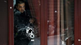 Párizs, 2015. november 14.  Golyóütötte lyukak a Carillon kávézó üvegablakán 2015. november 14-én, a Párizsban végrehajtott terrorcselekmények utáni napon. A francia fõvárosban november 13-án késõ este fegyveresek és pokolgépes merénylõk összehangoltan több merényletet követtek el. A támadásoknak eddig több mint 120 halálos áldozata van, és legkevesebb 180-an megsebesültek. Nyolc támadó meghalt, heten a testükre szerelt pokolgéppel robbantották fel magukat, egy támadót a rendõrök lõttek agyon. (MTI/EPA/Yoan Valat)
