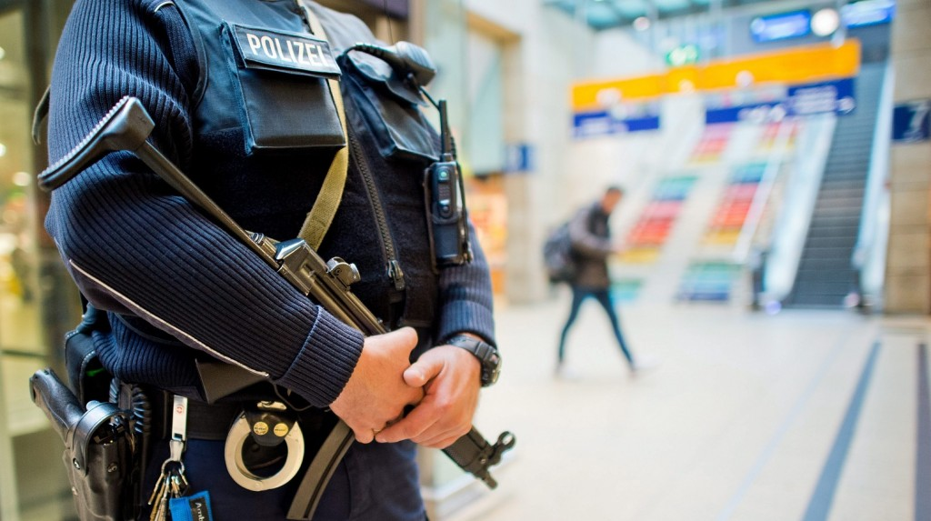 Hannover, 2015. november 16. Fegyveres rendõr a hannoveri központi pályaudvaron 2015. november 16-án, három nappal a francia fõvárosban elkövetett merényletsorozat után. Németországban megerõsített biztonsági intézkedéseket vezettek be a párizsi merényletek miatt. (MTI/EPA/Julian Stratenschulte)