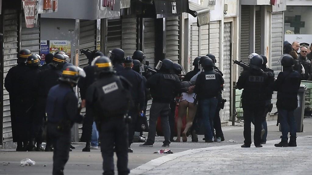 Saint-Denis, 2015. november 18. Õrizetbe vesznek egy férfit rendõrök egy feltételezett terroristák elfogására indított mûveletben Párizs északi elõvárosában, Saint-Denisben 2015. november 18-án, öt nappal a francia fõvárosban elkövetett merényletsorozat után. (MTI/EPA/Ian Langsdon)