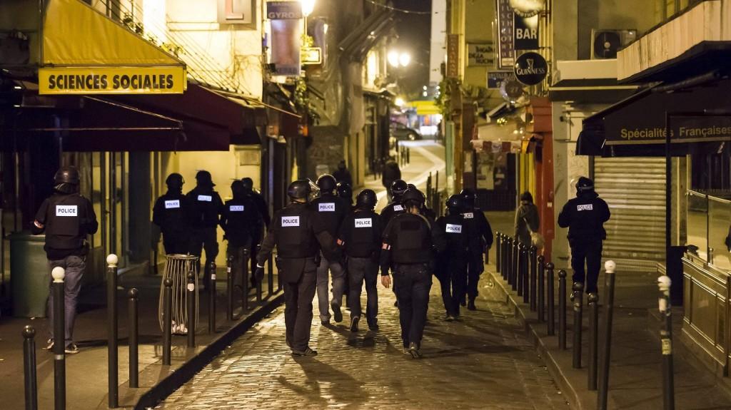 Párizs, 2015. november 14. Rendõrök járõröznek Párizsban 2015. november 13-án éjjel. A francia fõvárosban késõ este összehangoltan több merényletet követtek el. A lövöldözésekben és robbanásokban legalább 140 ember meghalt, sokan megsebesültek. Francois Hollande francia elnök egész Franciaország területére rendkívüli állapotot hirdetett és bejelentette a határok lezárását. (MTI/EPA/Ian Langsdon)