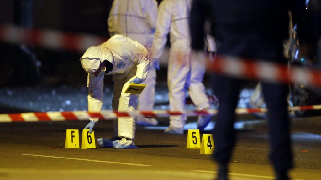Párizs, 2015. november 14. Rendõrök helyszínelnek a Franciaország-Németország barátságos labdarúgó-mérkõzés helyszínén, a párizsi Stade de France Stadionnál 2015. november 13-án éjjel. A francia fõvárosban késõ este összehangoltan több merényletet követtek el. A lövöldözésekben és robbanásokban legalább 140 ember meghalt, sokan megsebesültek, a Bataclan koncertteremben pedig száz embert túszul ejtettek a merénylõk. Francois Hollande francia elnök egész Franciaország területére rendkívüli állapotot hirdetett és bejelentette a határok lezárását. (MTI/AP/Michel Euler)