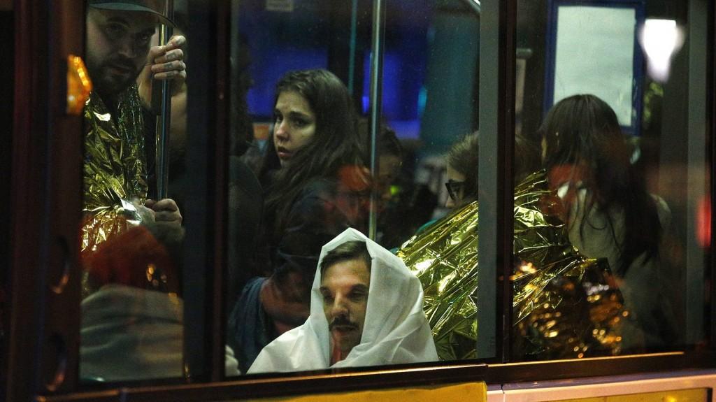 Párizs, 2015. november 14. Kimenekített emberek egy buszon a párizsi Bataclan koncertterem közelében, miután az épületben mintegy száz embert túszul ejtettek 2015. november 13-án. A francia fõvárosban késõ este összehangoltan több merényletet követtek el. A támadásoknak legalább 120 halálos áldozata van. Nyolc terrorista halt meg, közülük heten felrobbantották magukat. (MTI/EPA/Christophe Petit Tesson)