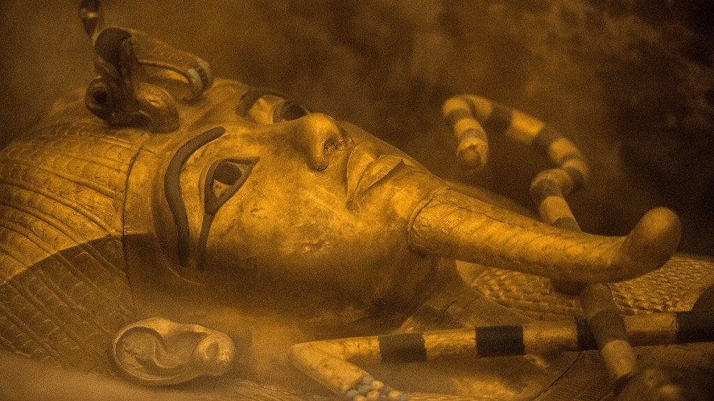 A picture taken on November 28, 2015 shows the sarcophagus of King Tutankhamun displayed in his burial chamber in in the Valley of the Kings, close to Luxor, 500 kms south of the Egyptian capital, Cairo. Scans in King Tutankhamun's tomb in Egypt's Valley of the Kings point to a hidden chamber, the country's antiquities minister said Saturday, possibly heralding the discovery of Queen Nefertiti's resting place. AFP PHOTO / KHALED DESOUKI / AFP / KHALED DESOUKI