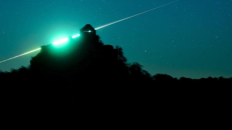 Salgótarján, 2015. november 1.  Egy tûzgömb látszik a salgói vár mögött Salgótarján közelébõl fotózva 2015. október 31-én. Tûzgömbnek a Vénusznál fényesebb meteorokat nevezik. MTI Fotó: Komka Péter