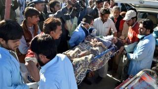 Kvetta, 2015. november 17. Egy vonatbalesetben megsérült nõt szállítanak kórházba a délnyugat-pakisztáni Kvettában 2015. november 17-én. A baleset Kvettától 75 kilométernyire, Abegum térségében történt, amikor a vonat fékje nem tudta megállítani a lejtõn haladó szerelvényt, amelynek négy kocsija felborult. A szerencsétlenségben legkevesebb húsz ember életét vesztette, és száznál több a sérültek száma. (MTI/EPA/Dzsamal Takarai)