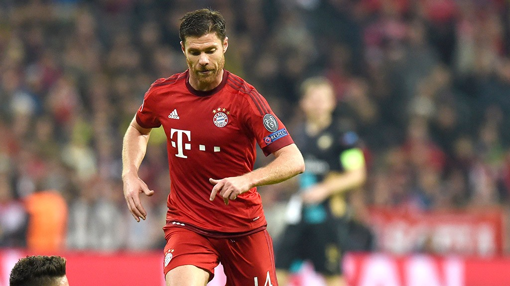 Arsenal's striker Olivier Giroud (L) and Bayern Munich's Spanish midfielder Xabi Alonso vie for the ball during the UEFA Champions League Group F second-leg football match between FC Bayern Munich and Arsenal FC in Munich, southern Germany, on November 4, 2015. Bayern won the match 5-1. AFP PHOTO / CHRISTOF STACHE