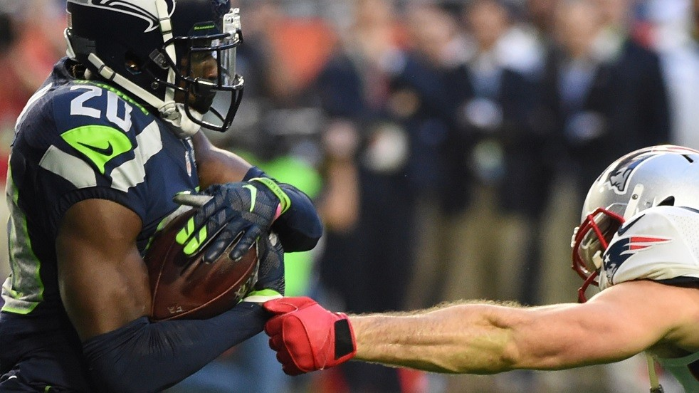 Julian Edelman (R) of the  New England Patriots attempts to stop Jeremy Lane (L) of the Seattle Seahawks during Super Bowl XLIX  February 1, 2015 at the University of Phoenix Stadium in Glendale, Arizona.        AFP PHOTO /  TIMOTHY  A. CLARY / AFP / TIMOTHY A. CLARY