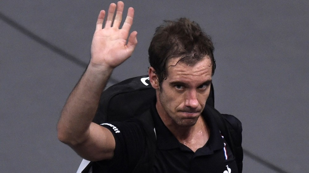 France's Richard Gasquet waves as he leaves the court after losing his quarter final tennis match against Britain's Andy Murray at the ATP World Tour Masters 1000 indoor tennis tournament in Paris on November 6, 2015. AFP PHOTO / MIGUEL MEDINA / AFP / MIGUEL MEDINA
