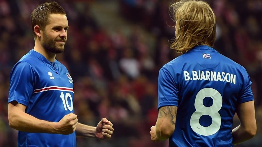 Iceland's Gylfi Sigurdsson and Birkir Bjarnason celebrate after Sigurdsson scored a penaly against Poland during the international friendly football match Poland vs Iceland on November 13, 2015 in Warsaw. AFP PHOTO/JANEK SKARZYNSKI / AFP / JANEK SKARZYNSKI
