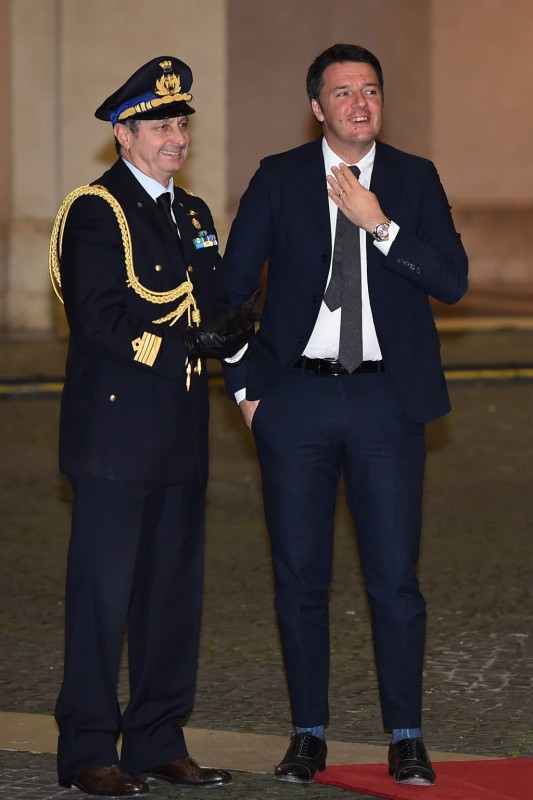 Italian Prime Minister Matteo Renzi (R) waits for the arrival of the President of Philippines Benigno Aquino prior their meeting at the Palazzo Chigi on Decembre 2, 2015 in Rome.   AFP PHOTO / GABRIEL BOUYS / AFP / GABRIEL BOUYS