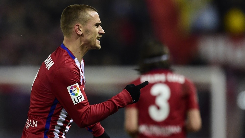 Atletico Madrid's French forward Antoine Griezmann celebrates after scoring a goal during the Spanish league football match Club Atletico de Madrid vs Athletic Club Bilbao at the Vicente Calderon stadium in Madrid on December 13, 2015.   AFP PHOTO / JAVIER SORIANO / AFP / JAVIER SORIANO