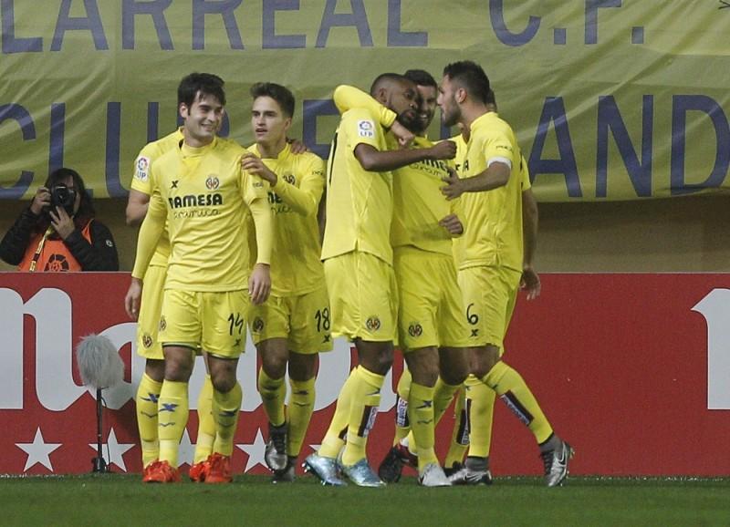 Villarreal's players celebrates their first goal during the Spanish league football match Villarreal CF vs Real Madrid CF at El Madrigal stadium in Villareal on December 13, 2015.  AFP PHOTO / JOSE JORDAN / AFP / JOSE JORDAN