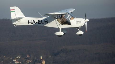 Budakeszi, 2015. december 31. Keszy-Harmath Zoltán repül magyar gyártású, Apollo Fox típusú repülõgépével a farkashegyi repülõtér felett 2015. december 31-én. A pilóta körberepülné a világot a könnyûszerkezetes repülõvel. Az útra 2017 májusában szeretne elindulni feleségével, a tervek szerint nyugati irányba indulnának el Farkashegyrõl, és három hónappal késõbb érkeznének vissza. MTI Fotó: Illyés Tibor