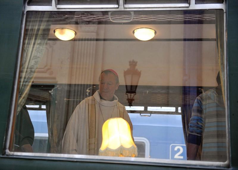 Budapest, 2012. szeptember 20. Beer Miklós váci megyés püspök a Szent Istvánról elnevezett I. osztályú vasúti kocsiban a Nyugati pályaudvaron 2012. szeptember 20-án. A kocsi a jövő évben a lengyelországi Czestochowába és a csíksomlyói pünkösdi búcsúba tartó zarándokvonat része lesz.  MTI Fotó: Bruzák Noémi