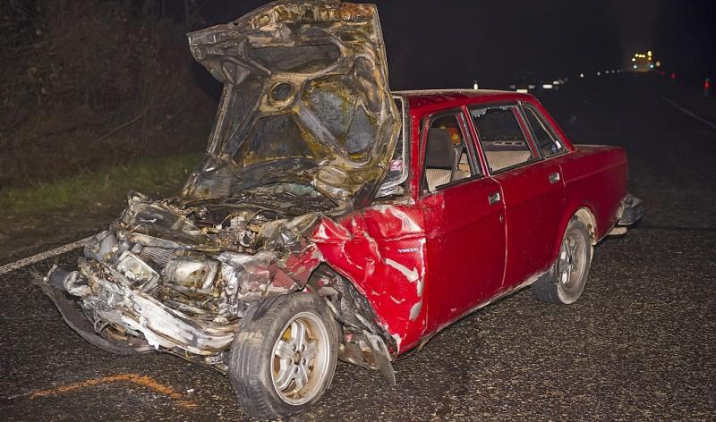 Bicske, 2015. december 15. Ütközésben összetört, kiégett személygépkocsik egyike az 1-es fõúton, Bicskénél, az M1-es autópálya lehajtójának közelében 2015. december 15-én. Az elsõdleges információi szerint a balesetben négyen meghaltak. MTI Fotó: Lakatos Péter