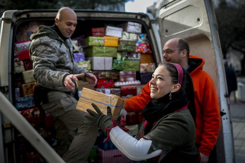 Budapest, 2013. december 11.Az első karácsonyi cipősdoboz-szállítmányt szállítják el a Baptista Szeretetszolgálat Cipősdoboz Vár látványraktárából a fővárosi Deák Ferenc téren 2013. december 11-én. A Baptista Szeretetszolgálat immár tizedik alkalommal szervezte meg cipősdoboz akcióját. Az elmúlt hétvégén már ezer ajándék talált gazdára Kelet-Magyarországon, ezen a héten pedig mintegy kétezer dobozt szállít a Szeretetszolgálat Erdélybe.MTI Fotó: Mohai Balázs