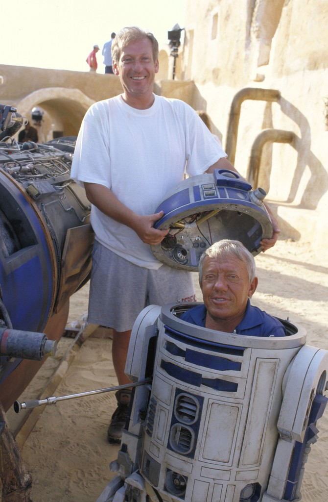 Star Wars : Episode I - The Phantom MenaceYear : 1999 USADirector : George LucasKenny Baker (R2-D2)Shooting picture.It is forbidden to reproduce the photograph out of context of the promotion of the film. It must be credited to the Film Company and/or the photographer assigned by or authorized by/allowed on the set by the Film Company. Restricted to Editorial Use. Photo12 does not grant publicity rights of the persons represented.