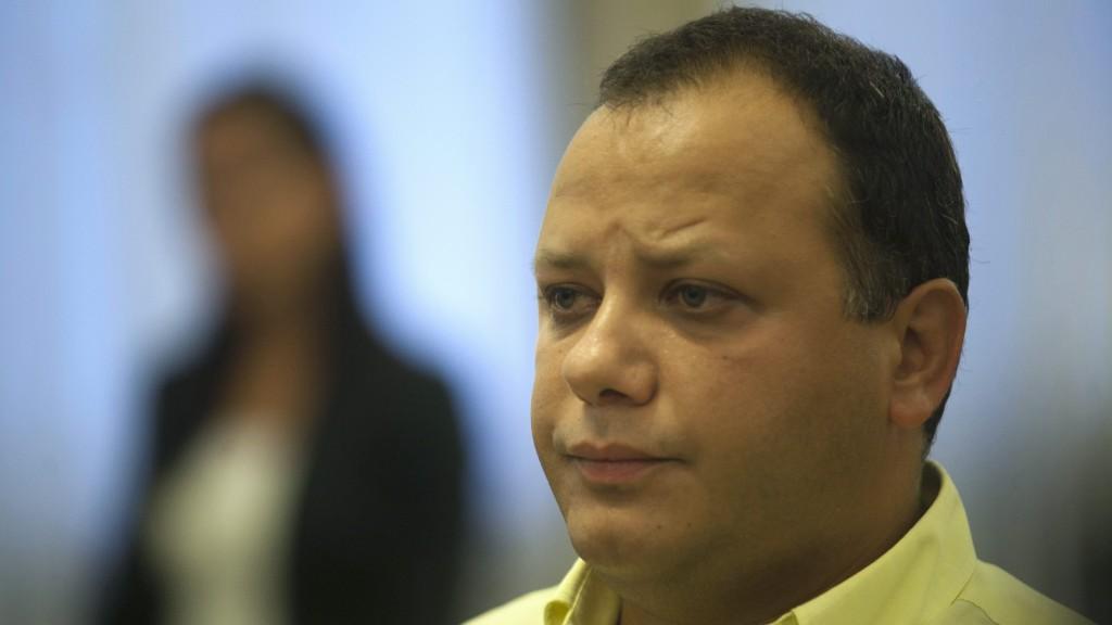 Budapest, 2011. szeptember 12. Damu Roland ül a Pesti Központi Kerületi Bíróság tárgyalótermében. Elsõ fokon hat év börtönre és hat év közügyektõl eltiltásra ítélte a bíróság a sorozatszínészt, akit súlyos testi sértésben, erõszakos közösülésben és személyi szabadság korlátozásában találtak bûnösnek. MTI Fotó: Marjai János